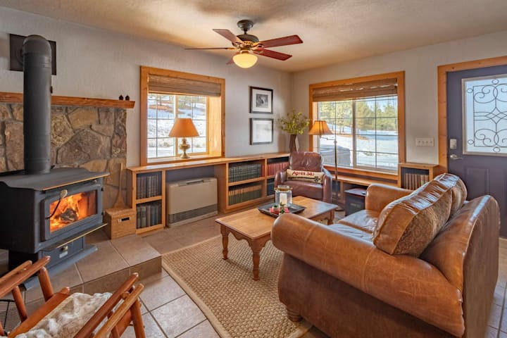 Skyrocket Ranch Chalet! Private Hot Tub- On 36 Acres- Fireplace- 5 Minutes to Downtown Pagosa- Wifi.