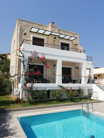 Exclusive villa with private swimming pool & BBQ