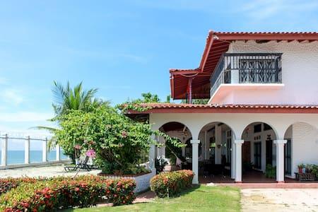 Villa SharonBeach House in Playa Blanca, Farallon - Rio Hato - Хостел