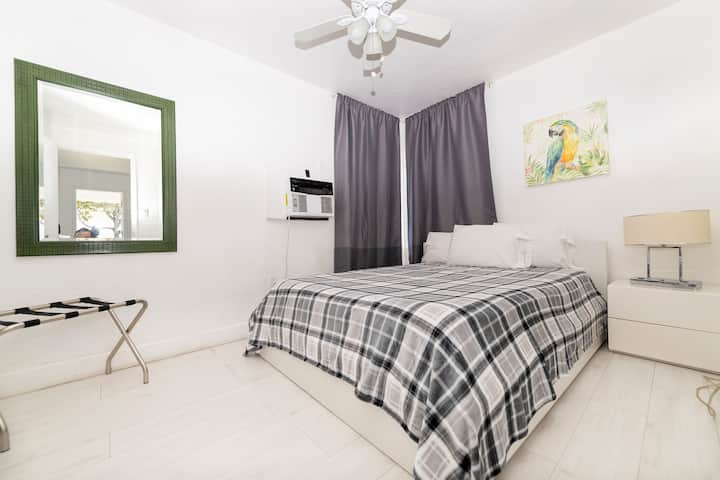 Large 1/1 Hallandale Beach with Parking and Pool