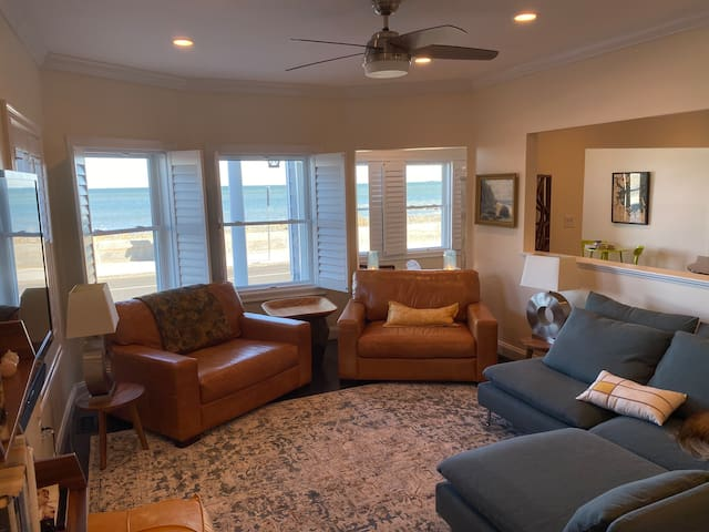 All main rooms and bedrooms have water views.