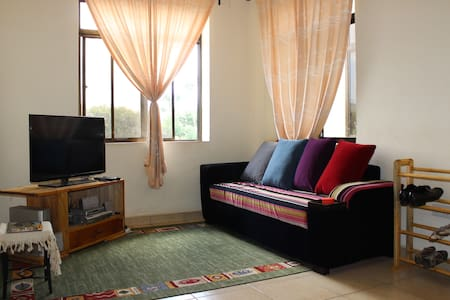 City Centre Modern Apt w. Mt. Meru - Bed & Breakfast