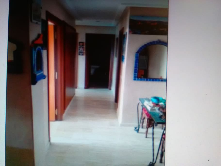 Entrée avec large couloir et placards