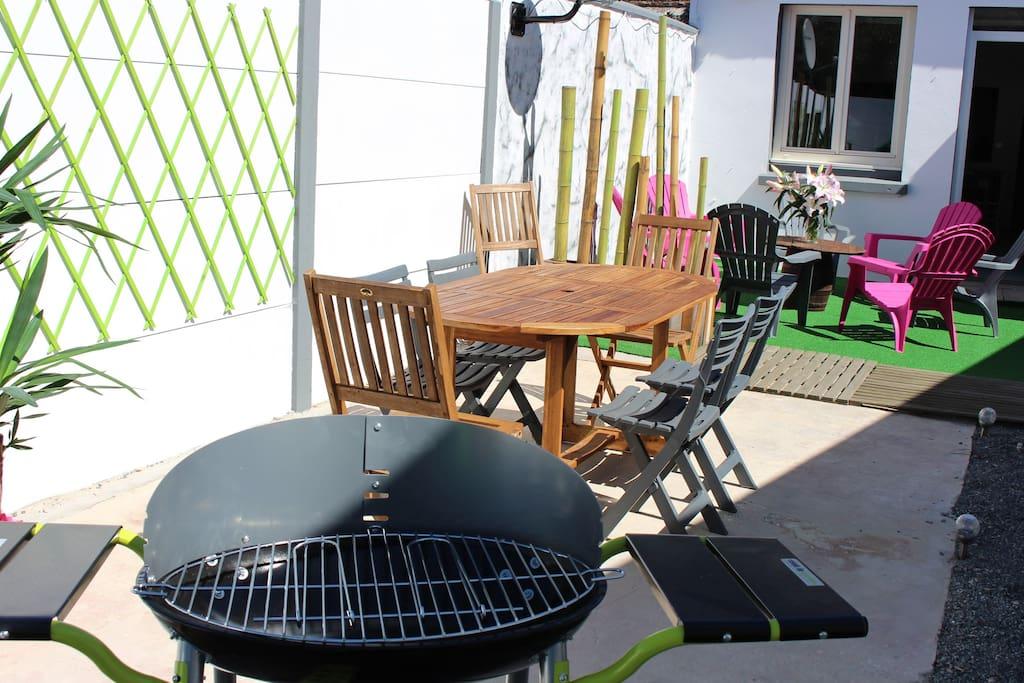 barbecue charbon de bois table à manger avec 7 chaises