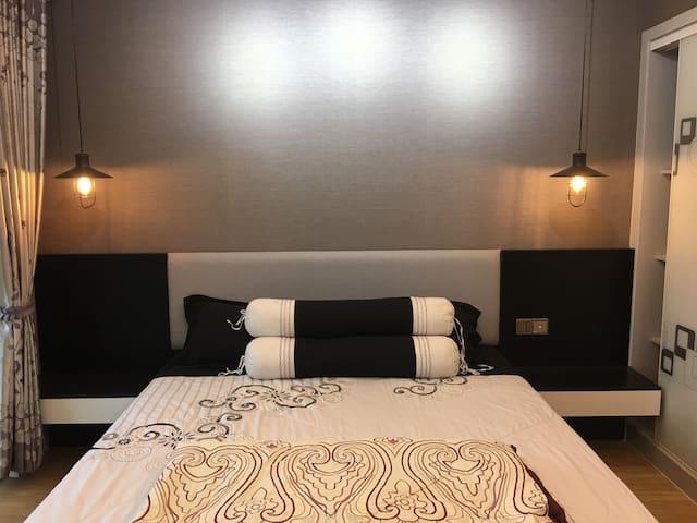 這是一套單身公寓,位於柬埔寨首都金邊最最中心!保證你的方便度是100%