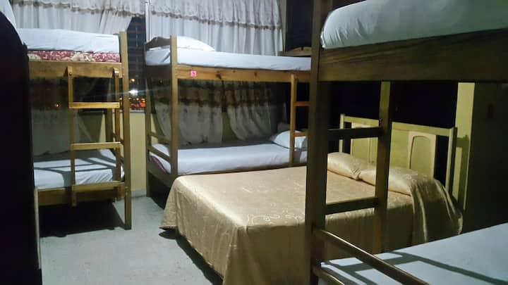 Tamarindo Hostel   Dormitorio y habitacion privada