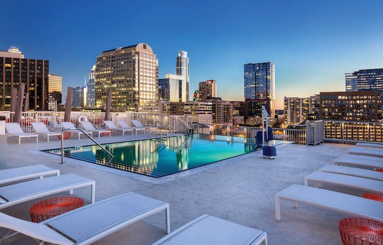 DOWNTOWN Austin with ROOFTOP Pool and BBQ Area 1BR