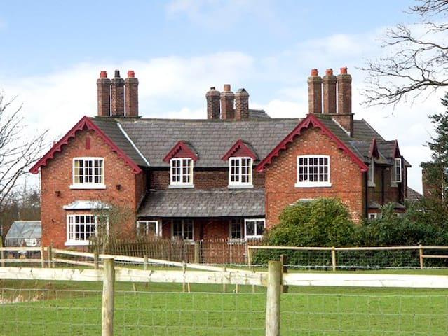 DAIRY APARTMENT 1, character holiday cottage in Tatton Park, Ref 2291