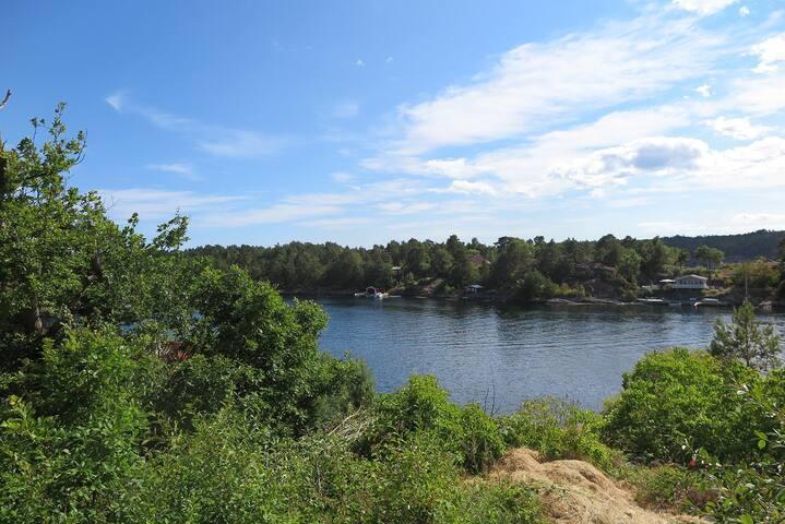 Utsikt mot vannet. Bademuligheter og båtplass på privat brygge.