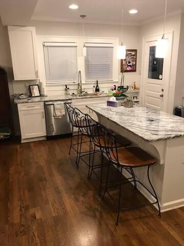 Gourmet's kitchen gas range, sitting island, double ice maker fridge/freezer