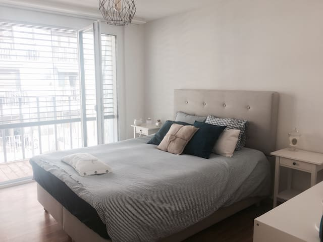 Cosy bedroom, Queen size bed - Balcony 18 Sqm - Lausanne