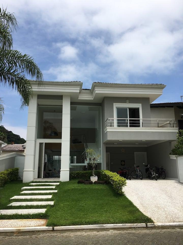 Sofisticada e Moderna Casa em Cond.Pernambuco ll