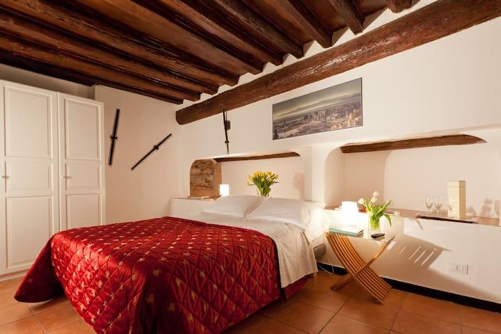 camera da letto mnatrimoniale o 2 letti con tv