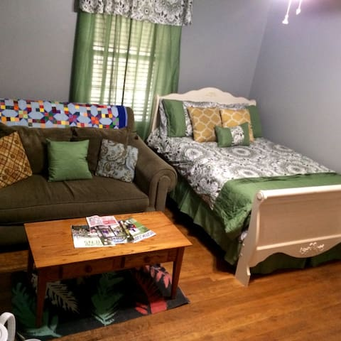 Charming room in Normaltown - Athena