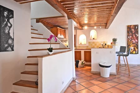 Stunning flat above the provencal market for 6 max - Antibes