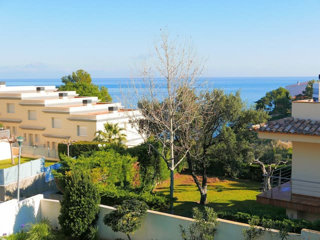033 House to rent with garden and sea view.
