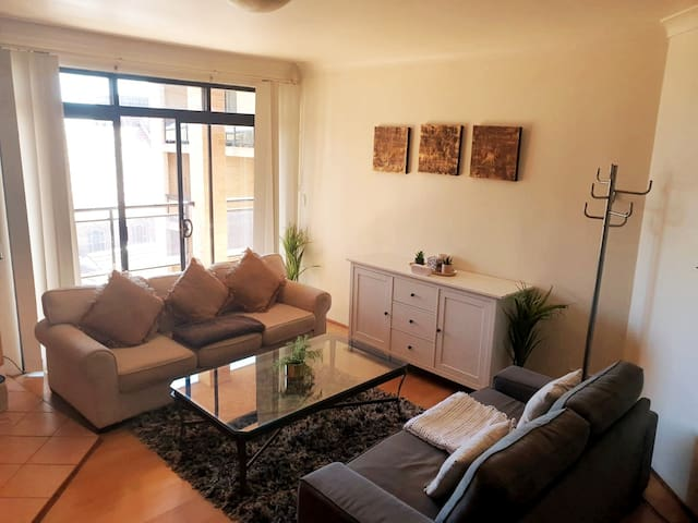 Unwind Tranquil & Bright Apartment - Free Parking