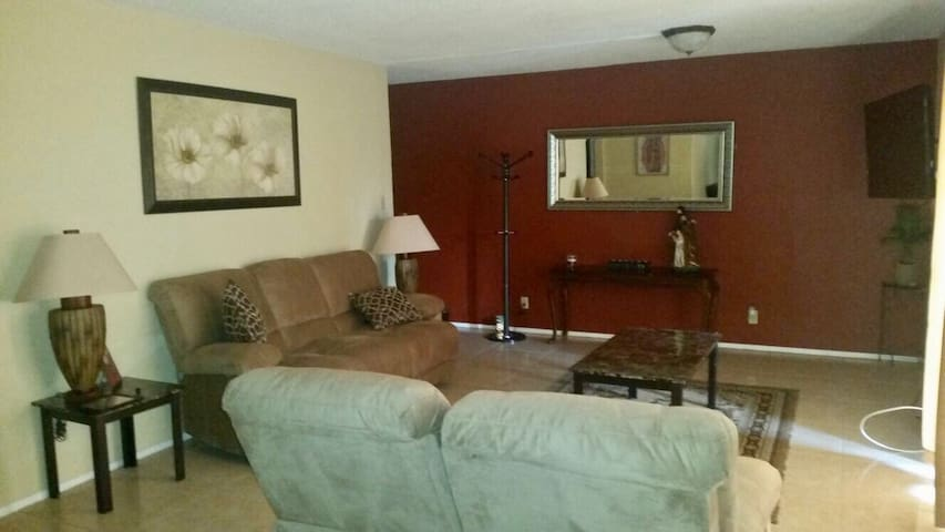 Newly remodeled family apartment - Brownsville - Departamento