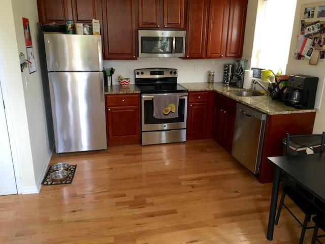 Beautiful apartment one block from south street! - Philadelphia - Apartemen