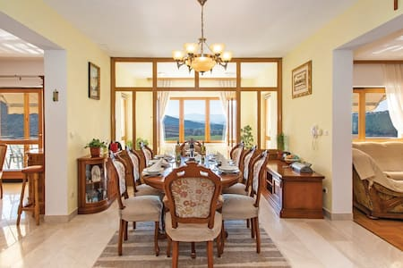 4 Bedrooms Home in Otok - Otok