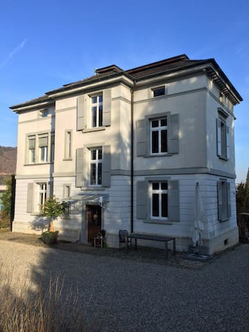 Big room in a large family villa - Liestal - Huis