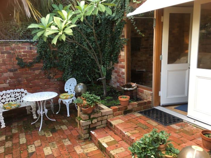 Gorgeous garden sanctuary 2 mins from Subi village