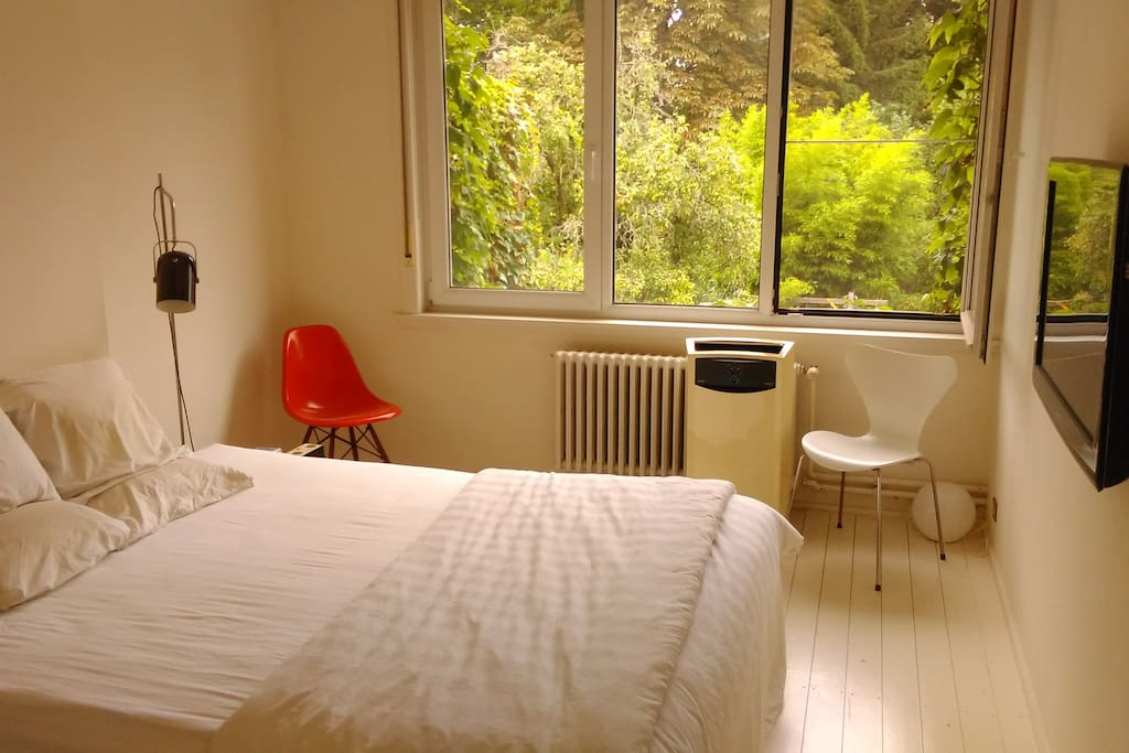 Master bedroom wit Airco unit