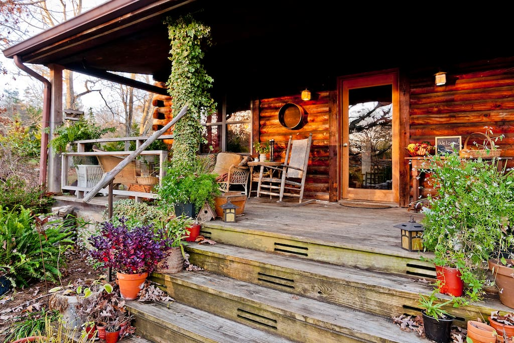 Our cozy log cabin on Lookout Mountain is close to all local Chattanooga and Lookout Mountain attractions, hiking and waterfalls!