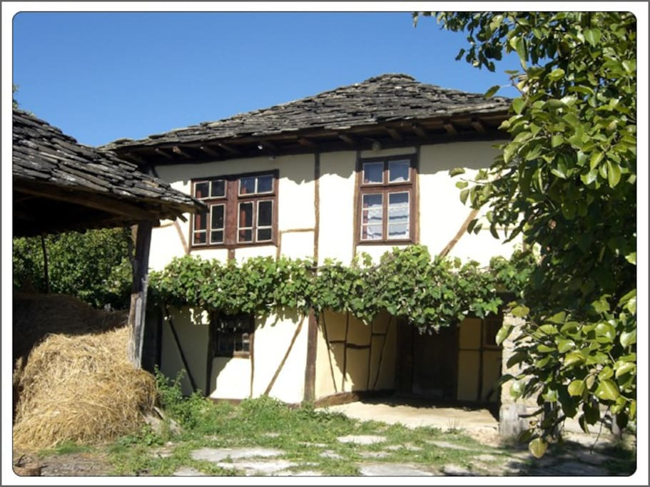 Living accommodation on first floor. The grapes are ripe here in Autumn.