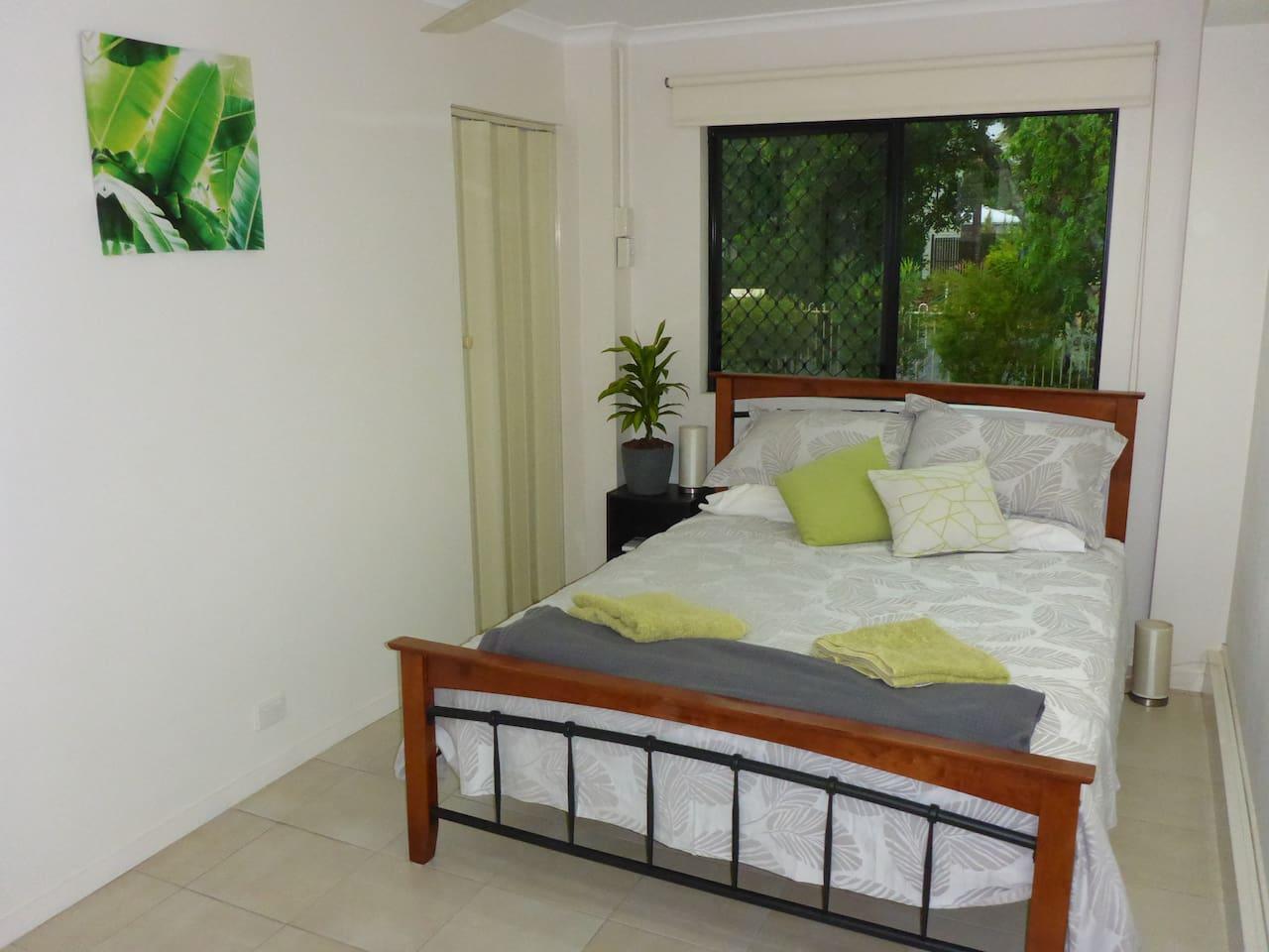 Queen bed in the bedroom