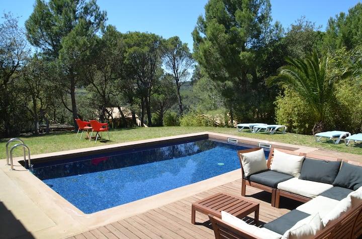 Modern house, private swimming pool, walk to beach