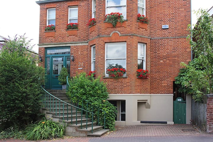 4* B&B- Twin Room, Private Bathroom. Town Centre.