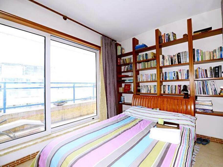 复古文艺的茶室和卧室,配备超大落地窗,拥有完美采光和风景视角,床头的超大书架睡前可以阅览各类书籍。