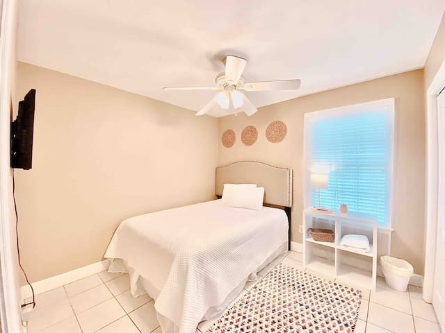 Cool and Bright Room Designed for Relaxation