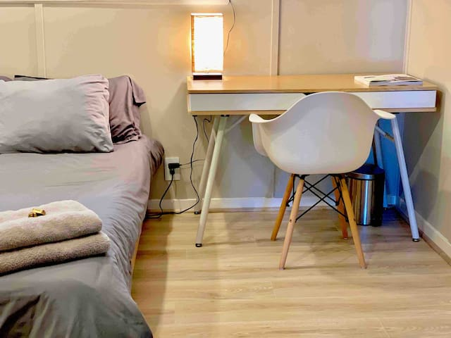 Cozy studio w/ great access to transit & shops