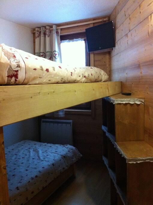 Chambre avec 1 lit double surelevé, et 1 lit simple