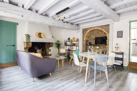 Petite maison en pierre au cœur de Bécherel