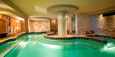 ACCESSIBLE Mountain Escape, Central Banff Location, Hot Pool On Site!