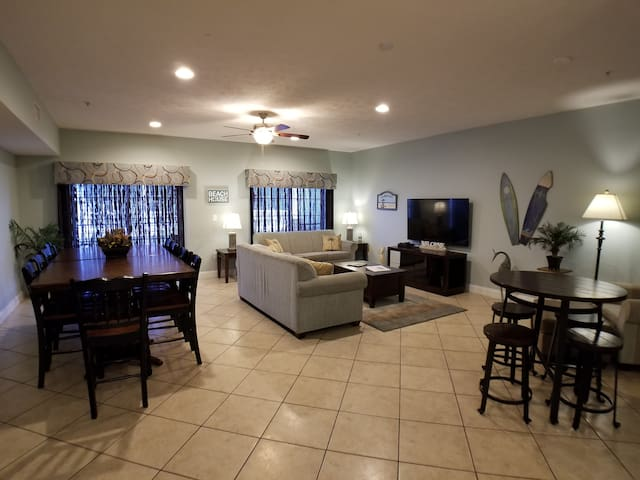 Spacious living /dining area