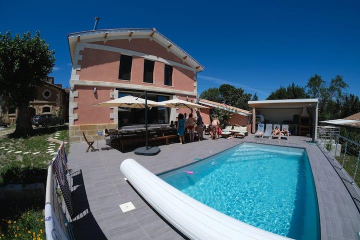 Villa spacieuse piscine chauffée jacuzzi sauna