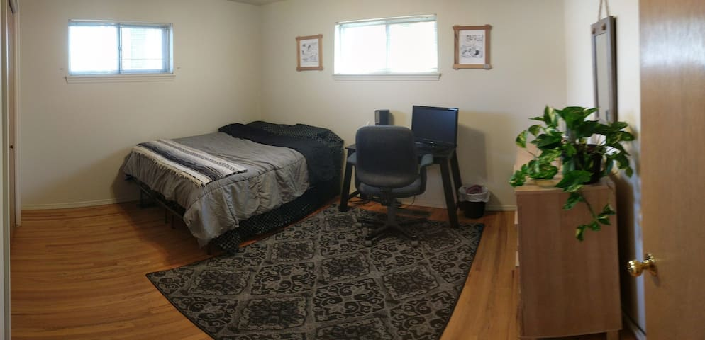Private Bed/Bath Walking Distance to UpTown