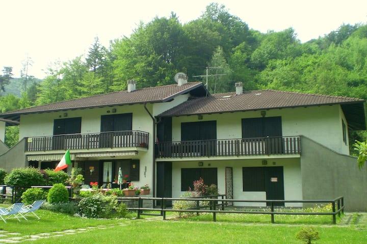 In einer Residenz, nur wenige Meter vom See entfernt, mit Swimmingpool und Terrasse.