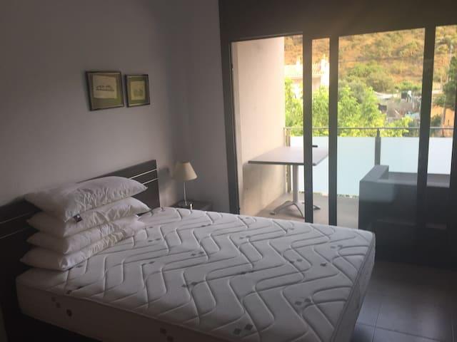 Apartamento con terraza y piscina. Playa a 2 mins - Colera