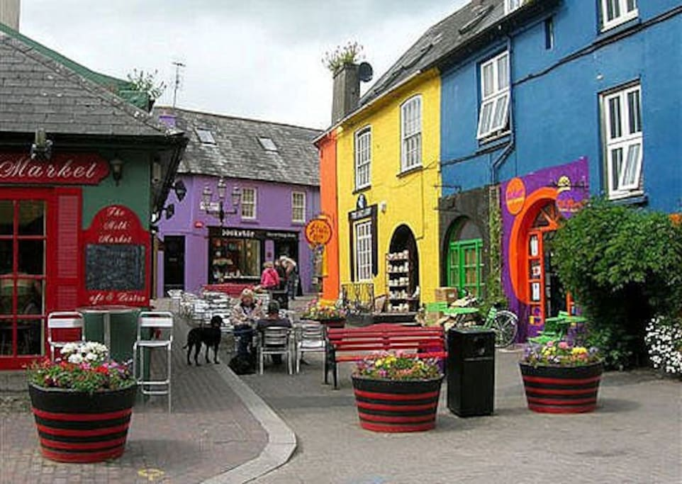 The pretty town of Kinsale is a 10 min drive.