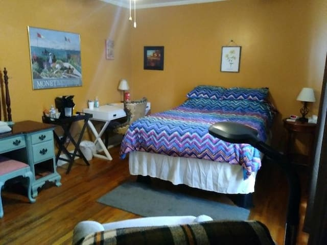Spacious Bedroom+ in the Avenues-Great Value!