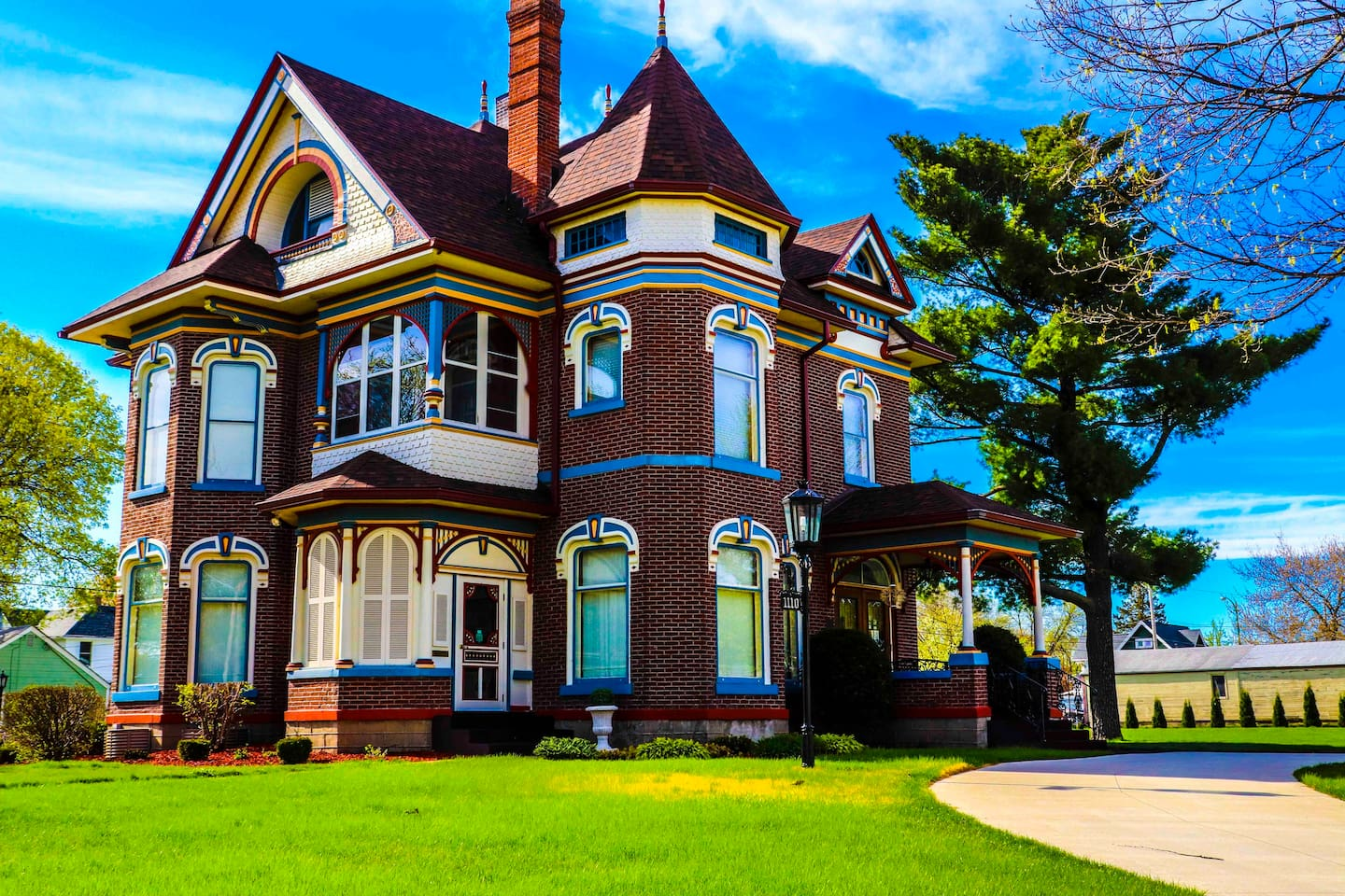 Color your world beautiful with a Queen Anne stay.