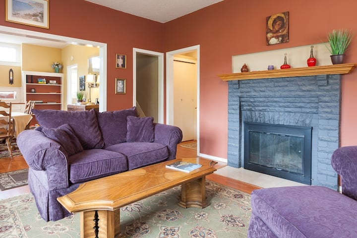 Daisy's Place - Cottage in the Heart of Hood River, A/C, Mtn & River Views!