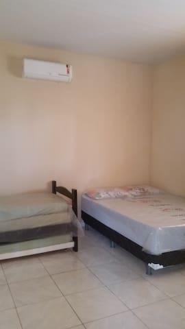 Quartos com banheiros privativos, ar condicionado, roupa de cama e banho