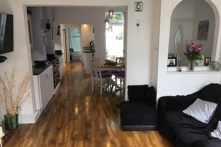 Two bed Town House : 2 minutes to town centre !