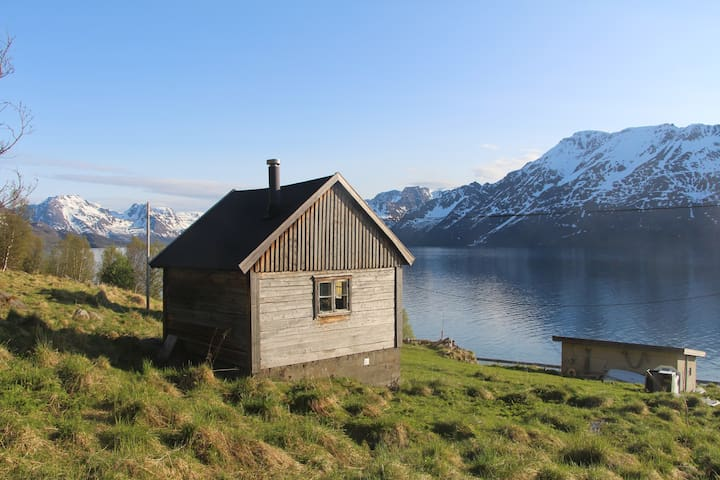 Cozy Cabin right by the Fjord